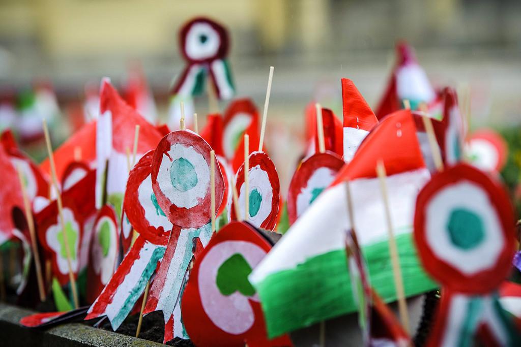 Debrecen, 2016. március 15. Papírkokárdák a debreceni Kossuth téren, az 1848-49-es forradalom és szabadságharc kitörésének 168. évfordulóján, 2016. március 15-én. MTI Fotó: Czeglédi Zsolt